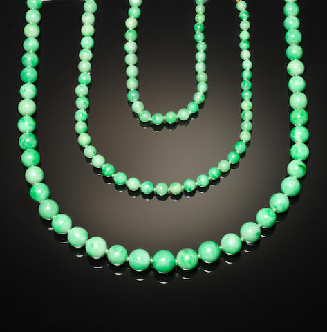 A jadeite necklace with gold clasp