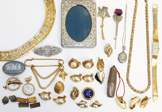 A collection of assorted costume jewellery.