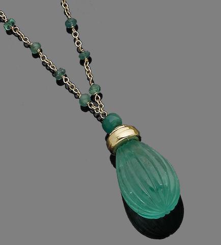 An emerald pendant necklace