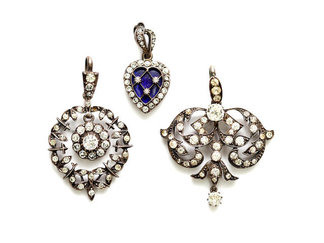 A collection of assorted jewellery