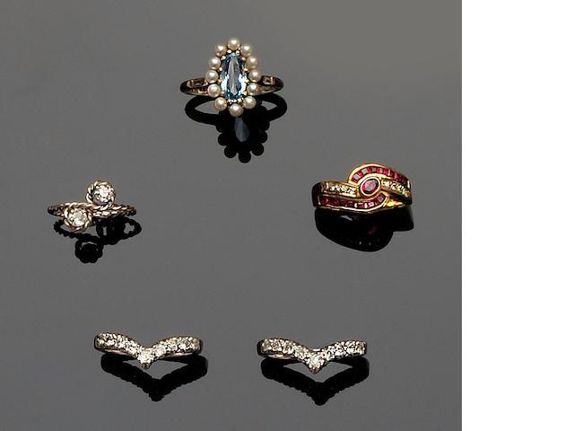 A pair of diamond set wishbone rings (5)