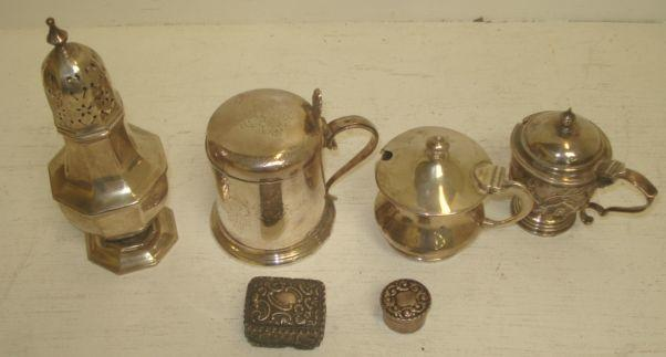 An Edwardian silver mustard pot, H Matthews, Birmingham 1904, embossed with leaf scrolls, curved lobes and flutes, and the following silver, a George III style octagonal castor, an Art Nouveau mustard pot, Sheffield 1905 and two small foliate embossed pill boxes, 9ozs, also an electroplate mustard pot. (6)
