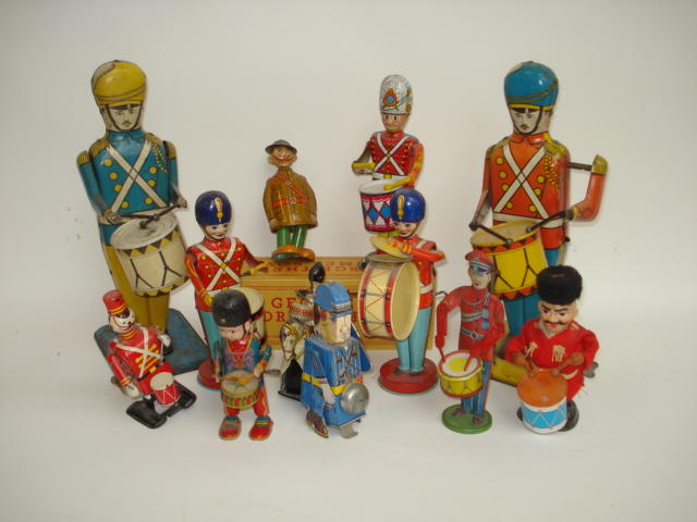 Collection of American wind-up tinplate Soldier Drumming toys 12
