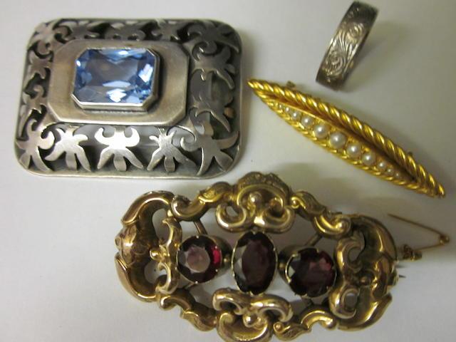 An 18ct white gold wedding ring,  (4)