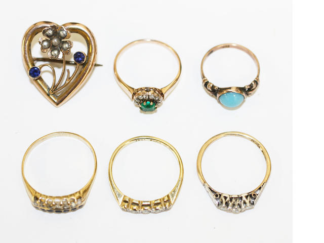 Five assorted gem set rings and a brooch, (6)