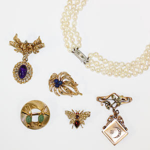 5 various brooches and a cultured pearl necklace (6)