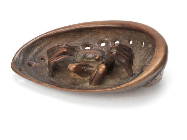 A wood netsuke of a crab School of Tanaka Minko, Tsu, early 19th century