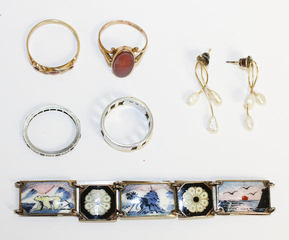 A small collection of jewellery, (6)