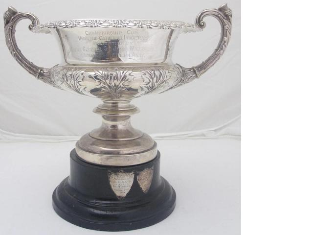 A twin handled silver Warwick vase by Goldsmiths and Silversmiths Co. Ltd., London 1913