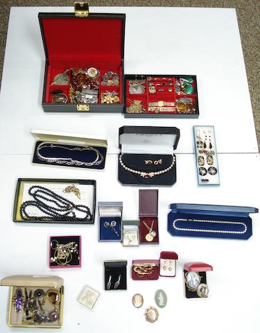 A large collection of jewellery (qty)