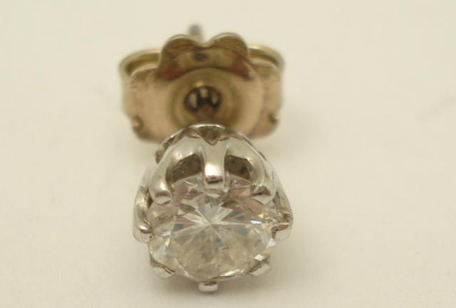 A single diamond earstud