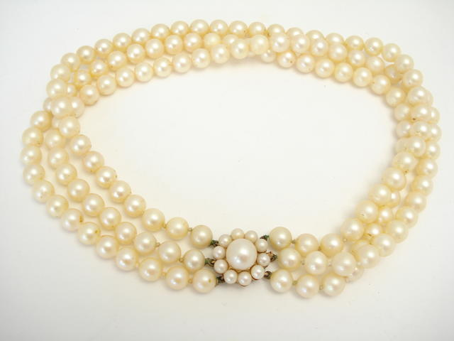 A cultured pearl three-row necklace