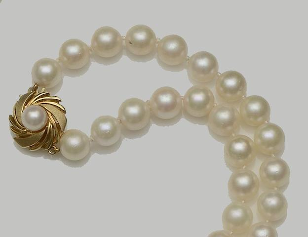 Mikimoto: A cultured pearl necklace (2)