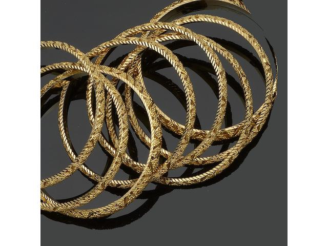 A set of eight yellow precious metal bangles (8)