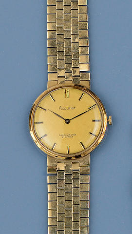 Accurist: A gentleman's 9ct gold wristwatch