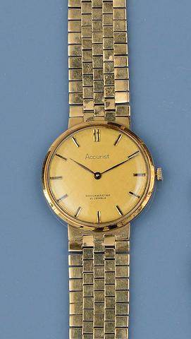 Accurist: A gentleman's 9ct gold wristwatch