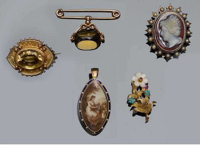 Five brooches (5)