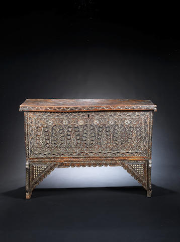 Coffret Syrien en bois Ottoman - un pied abimé - A mother-of-pearl inlaid wood chest, Syria, 19th century