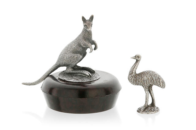 A cast silver model of a kangaroo (4.5 cm high)