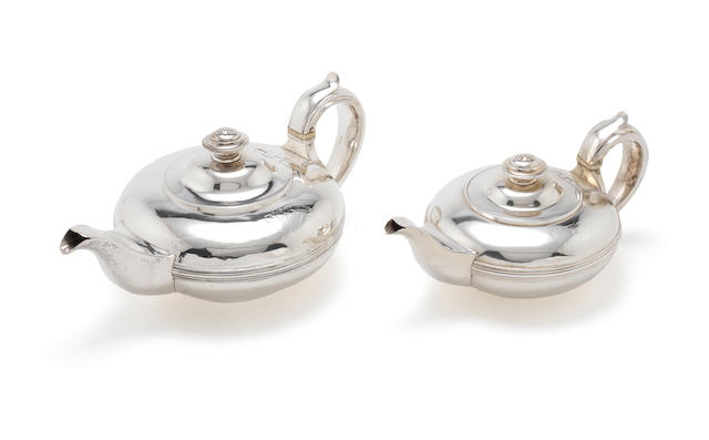 Two George IV graduated silver teapots by Rebecca Emes & Edward Barnard, London 1827 and 1828  (2)