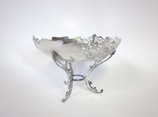 A silver fruit bowl by Walker & Hall, Sheffield 1922 together with two cased pairs of fruit spoons (3)