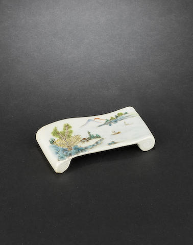 An enamelled brush rest