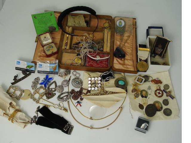 A collection of jewellery and trinkets (qty)