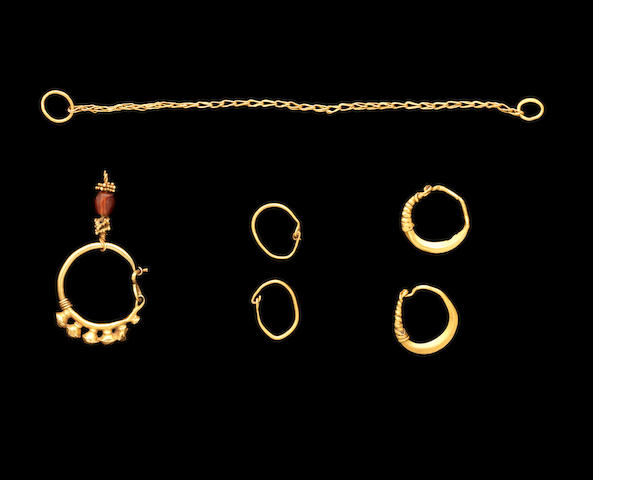 A group of gold earrings a gold loop-in-loop chain, 6