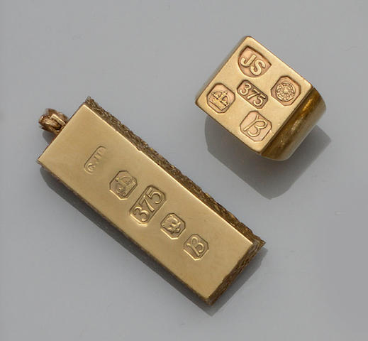 A 9ct gold ingot pendant and a 9ct gold signet ring (2)