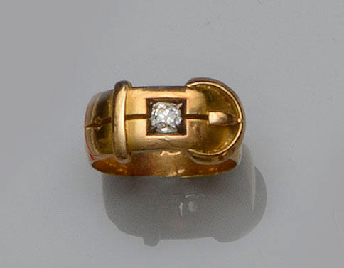 A gentleman's diamond set buckle ring (4)
