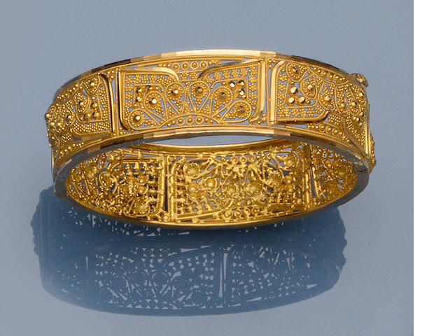 A yellow precious metal bangle
