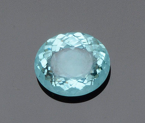 An unmounted oval aquamarine