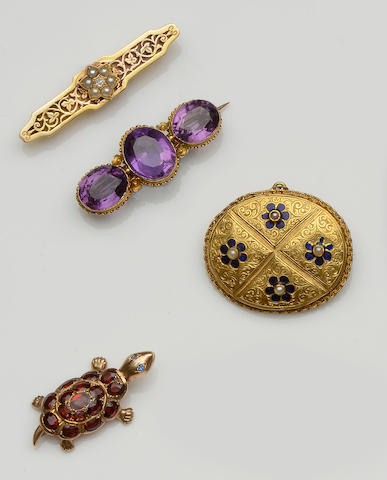 Four brooches (4)