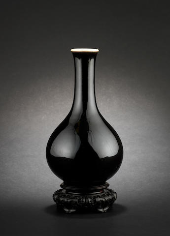 A mirror-black monochrome, pear-shaped vase Chenghua six-character mark