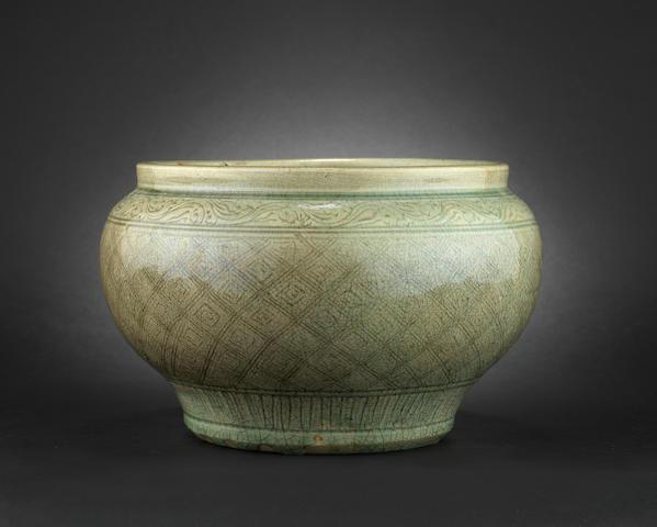 A celadon jar, guan Ming Dynasty