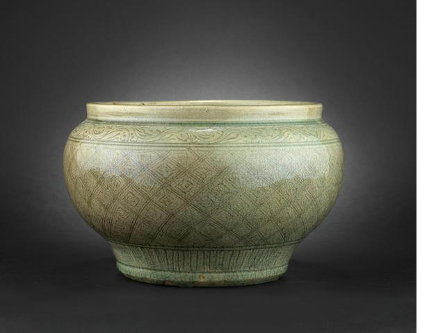 A celadon jar, guan Ming Dynasty [CHECK]