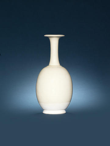 A white-glazed bottle vase Tang Dynasty