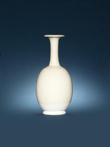 A white-glazed bottle vase Tang Dynasty