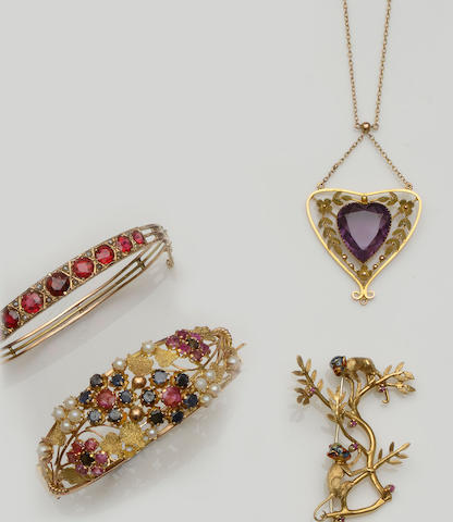 A small collection of jewellery (4)