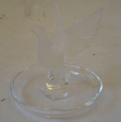 A crystal Lalique cendrier, with frosted winged dome, and a circular plate with frosted and moulded leaves, 19.5cm. (2)