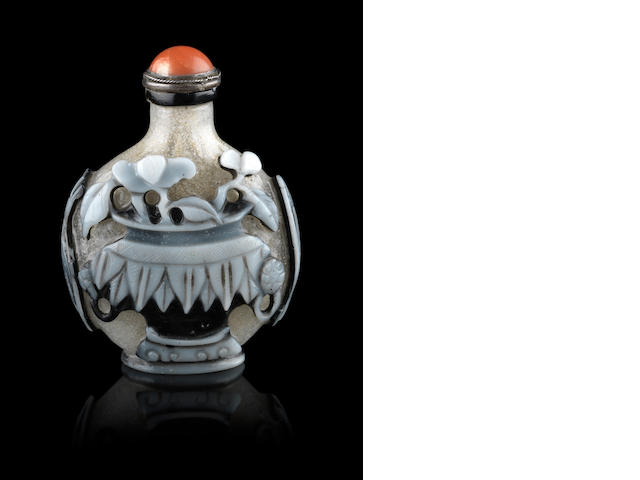 A double overlay, glass snuff bottle