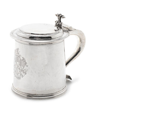A Charles II style  silver lidded tankard maker's mark W.T.P, London, 1926  (1)