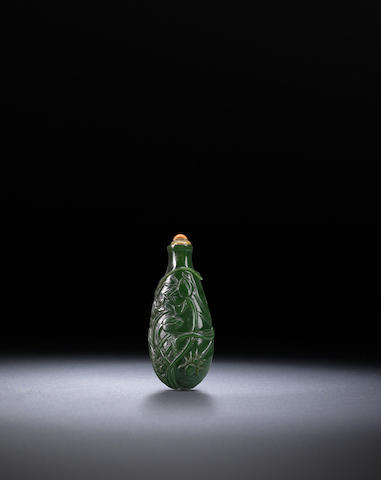 A spinach green nephrite 'lotus leaf' snuff bottle Qing dynasty