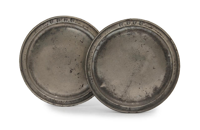 A pair of Devon single-reeded narrow rim plates, circa 1700