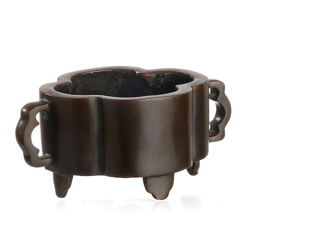A flowering-quince shaped bronze censer Four-character mark, Qianqinggong bao, to the base