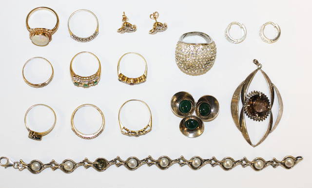 A small colection of jewellery,