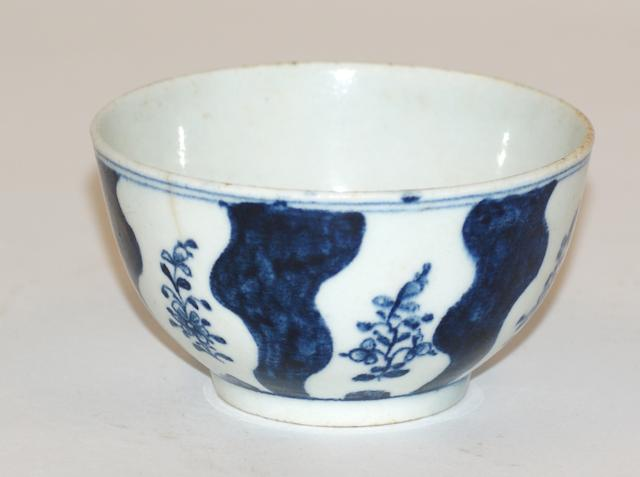 A Lowestoft porcelain tea bowl circa 1785