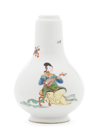 A very rare Meissen bottle decorated with two chinese ladies in Famille Verte palet