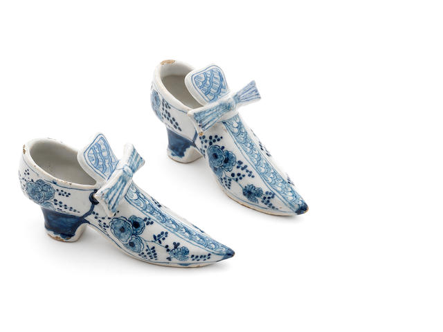two dutch delft shoes, with bows, early 18th c., h. 6,5 cm. (316787/18)