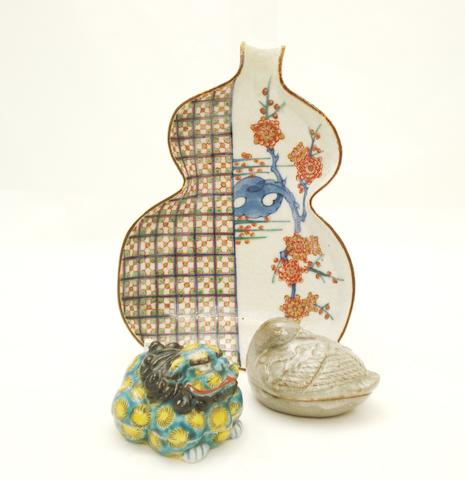 A porcelain dish and two kogo and covers
